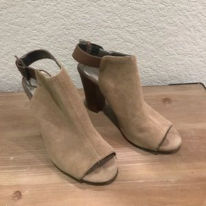"""Tahari """"Margaret"""" tan sandals"""
